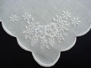 Цветы, вышитые белой гладью