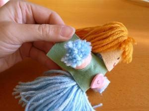 Процесс создания одежды для куклы из ниток