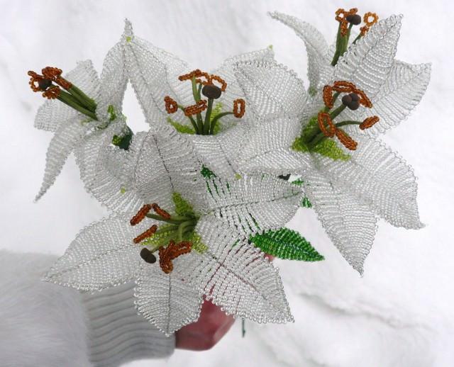 Белые лилии из бисера своими