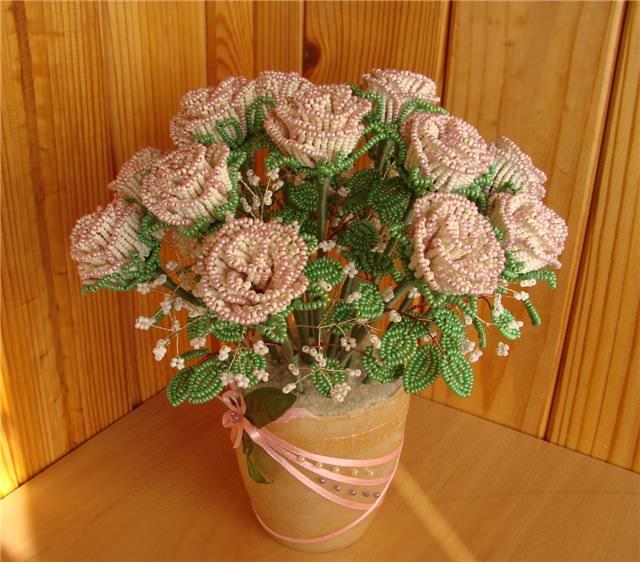 Розы из бисера разными