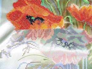 Получаются красивые картины бисером на художественной ткани