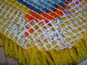 После окончания вышивки в ковровой технике, промазываем обратную сторону клеем ПВА