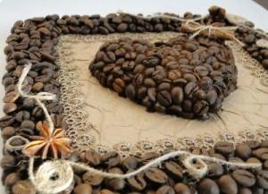 Картина из кофе и ниток