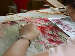 Процесс вышивки шелком цветов