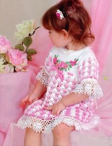 Ажурное детское платье вышитое лентами