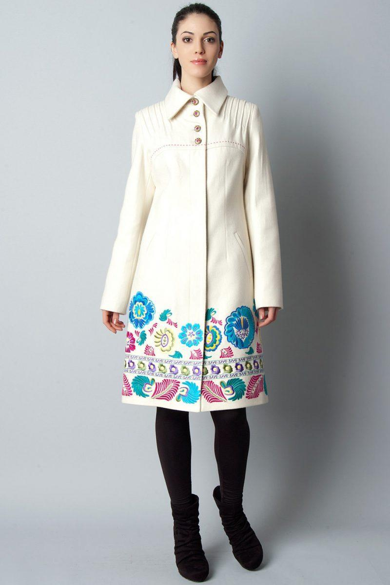 Пальто с вышивкой спицами