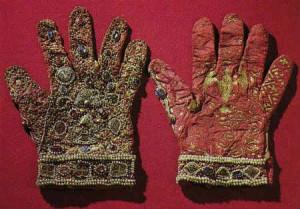 Старинные перчатки, расшитые бисером и камнями