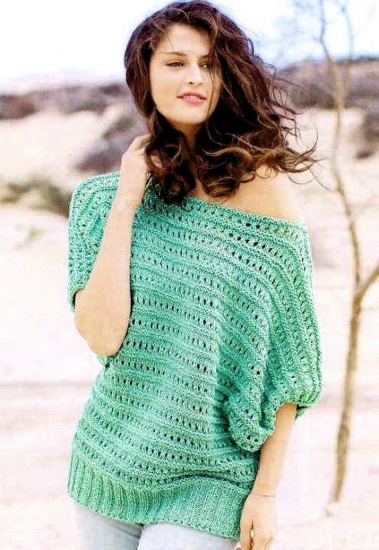 пуловер с открытым плечом спицами с ажурным узором