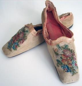 Вышивка на старинной обуви