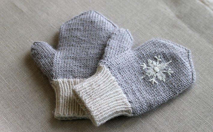 Вышивка на варежках снежинки